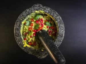 Raikas guacamole granaattiomenan siemenillä