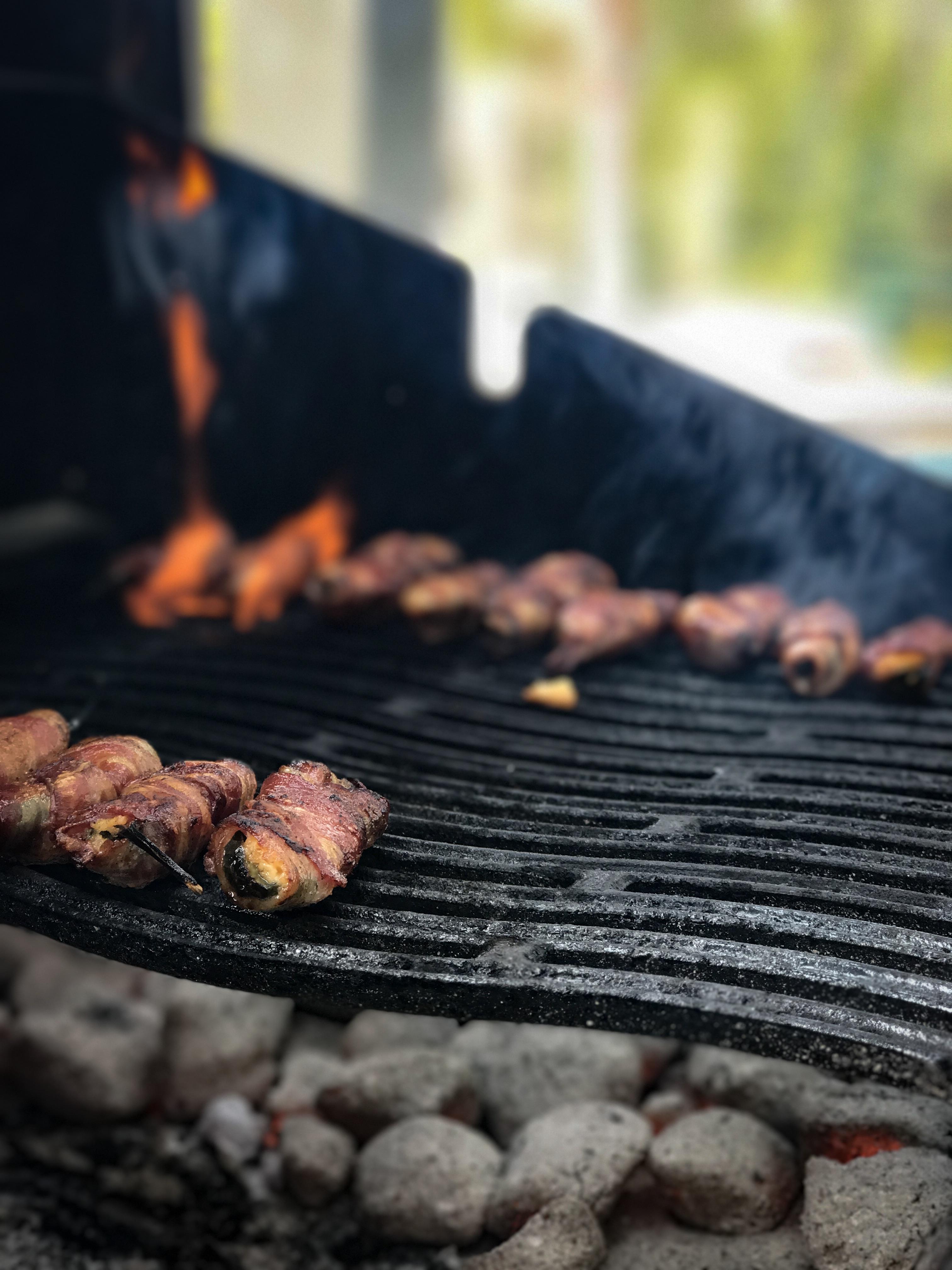 Cheddar jalapenot grillissä