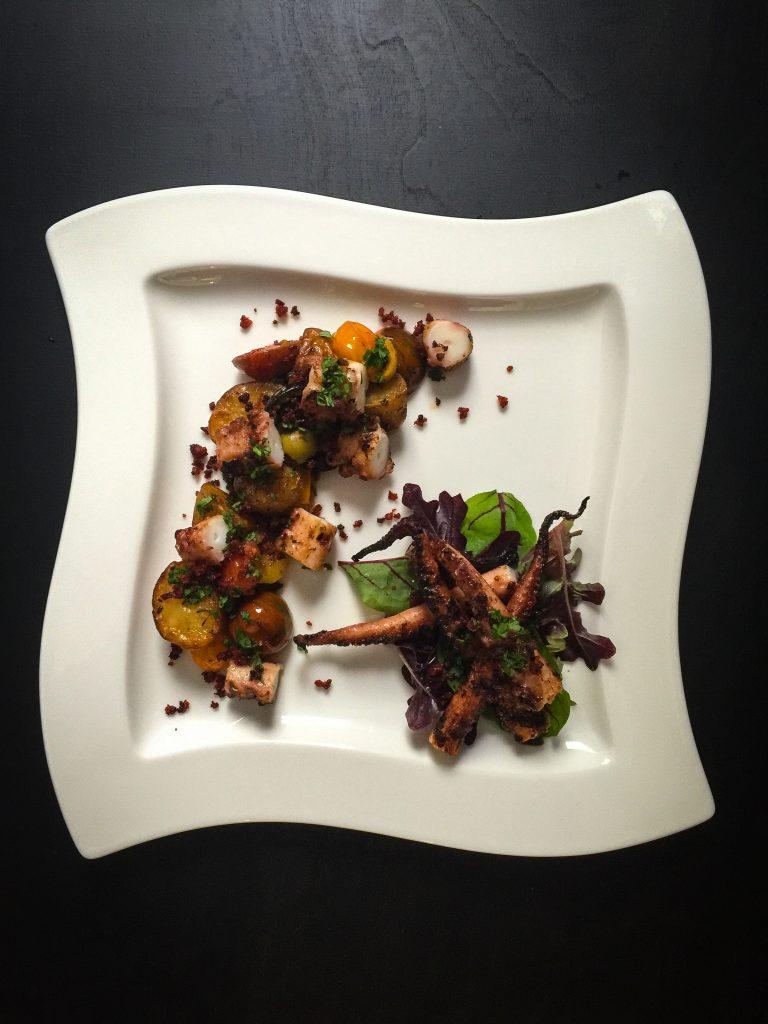 Mustekalaa grillistä mukana provencen perunat