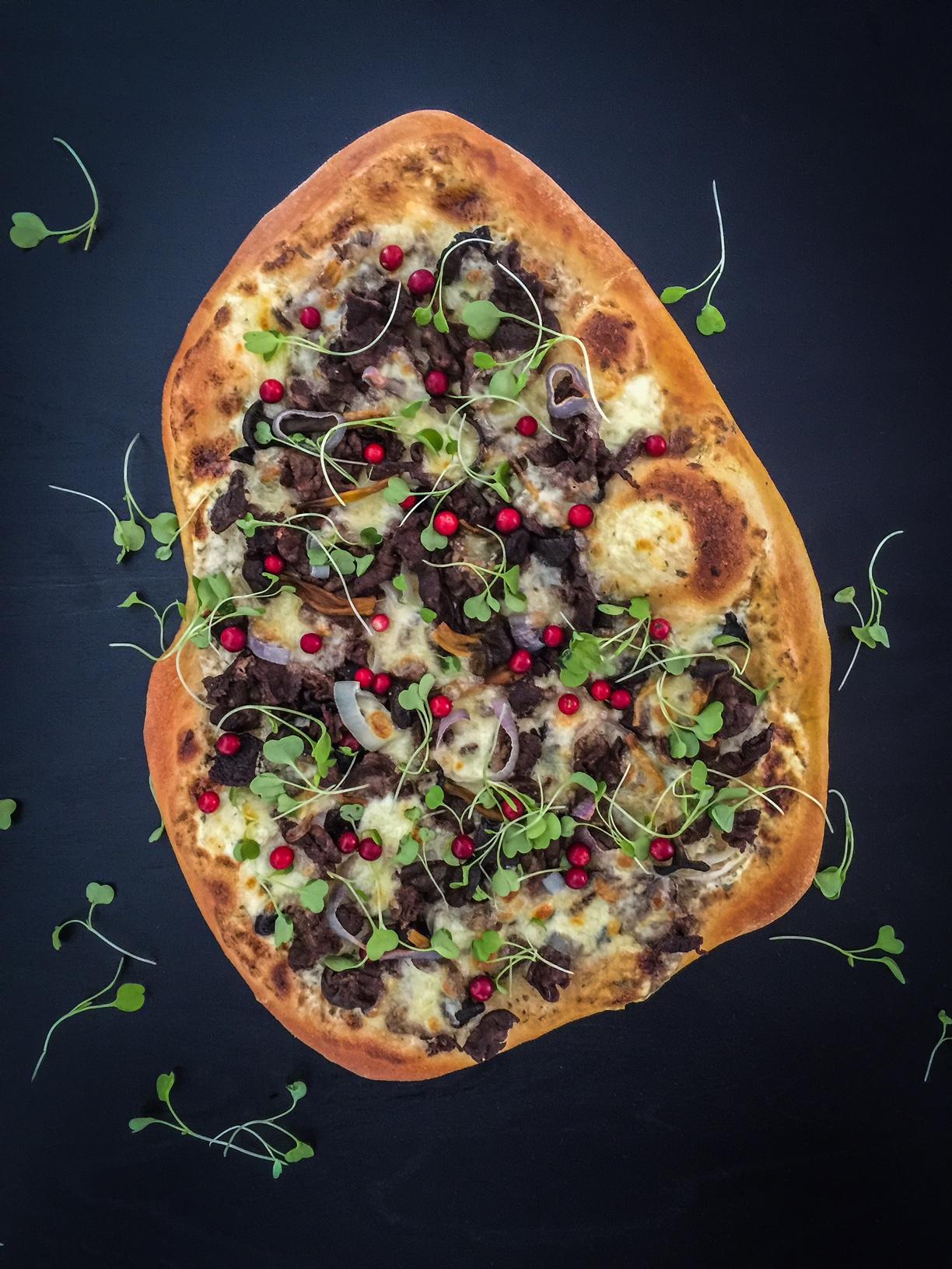 herkkulinen poropizza pizzakivellä grillistä