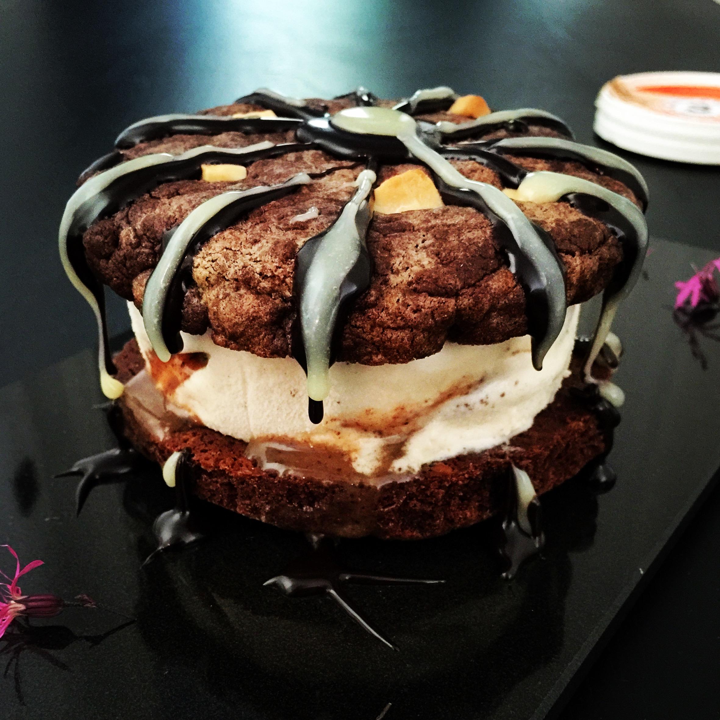 Suussa sulava suklaa cookies valkosuklaa paloilla